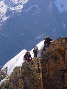L'equipe Alpinisme Isere équipée des vêtements Zargun sur une crête de L'Oisan